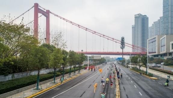 """鹦鹉洲长江大桥、长江大桥、铁门关……她们""""跑马""""穿越"""