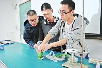 武汉市光谷第二高级中学:学生做