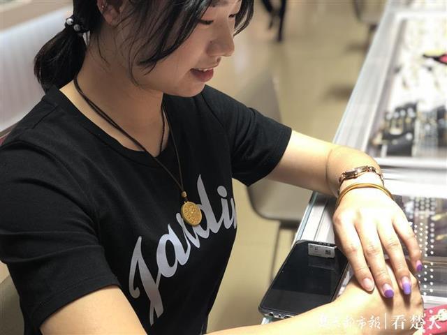 """""""古法饰品悄然走红江城市场,受90后年轻群体欢迎"""