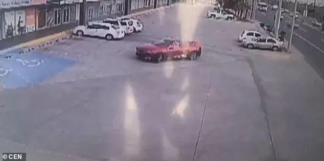 抓住毒枭儿子的墨西哥警察遭报复,停车场内被围堵射击155枪