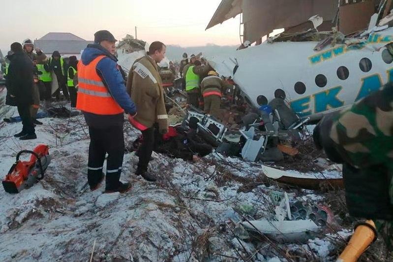 一架载有100人的客机在阿拉木图发生坠机 7人死亡