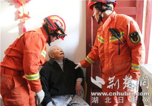 十堰九旬老人被困楼外遮雨棚 消防员紧急救援