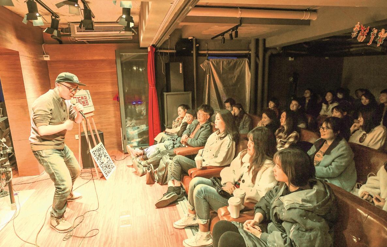 武大博士生创办江城首家脱口秀俱乐部  登台吐槽 博你一笑