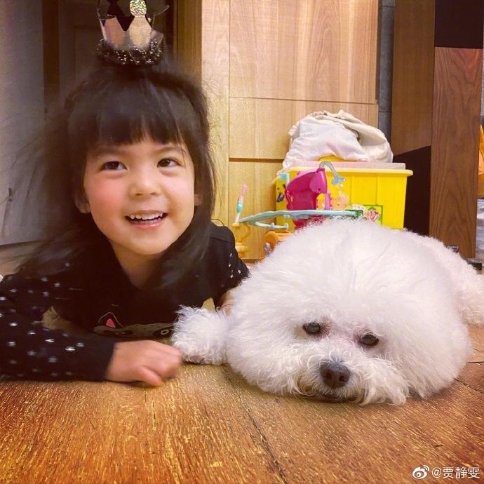贾静雯幸福晒娃 波妞与狗狗合照表情搞怪