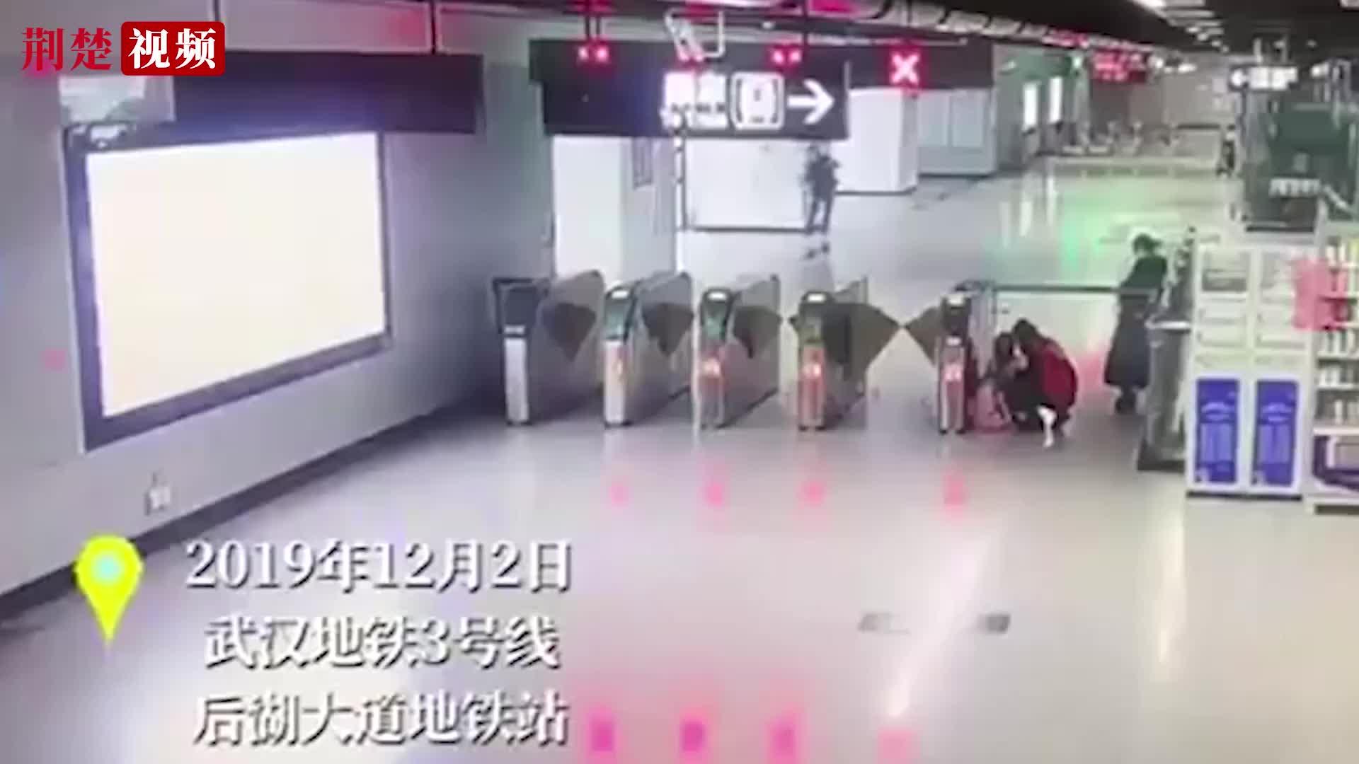 小女孩蹲在地铁站不肯回家,原因暖心!