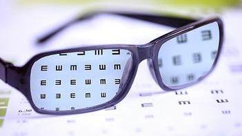 儿童近视低龄化明显 专家建议规范配镜、定期复查