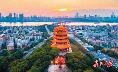 除了黄鹤楼,武汉不少酒店也占据最佳观景位置,站在这里极目楚天舒