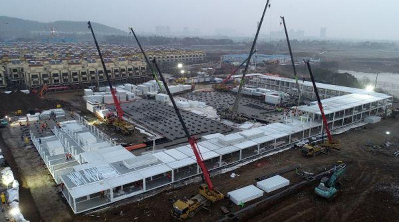 近5000人轮班建设!火神山医院已有300多个箱式板房搭起骨架