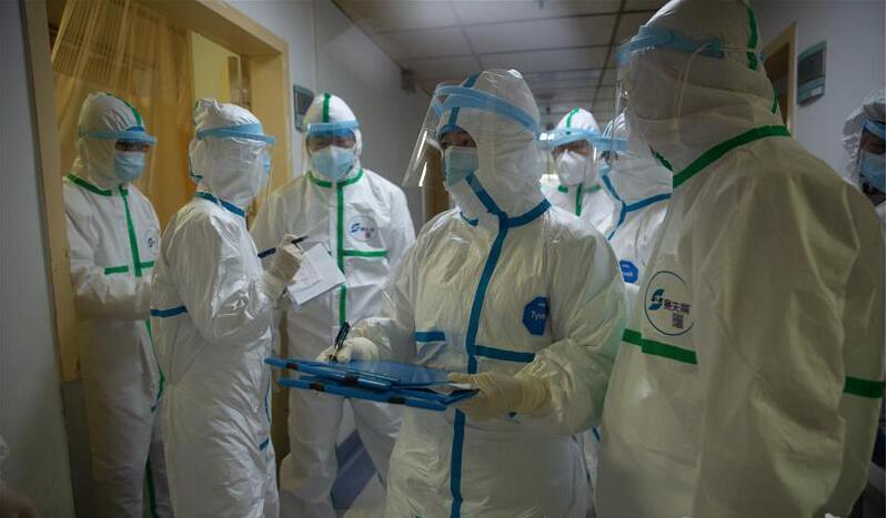 湖北日报记者探访隔离病房:直击患者转运至定点医院首日