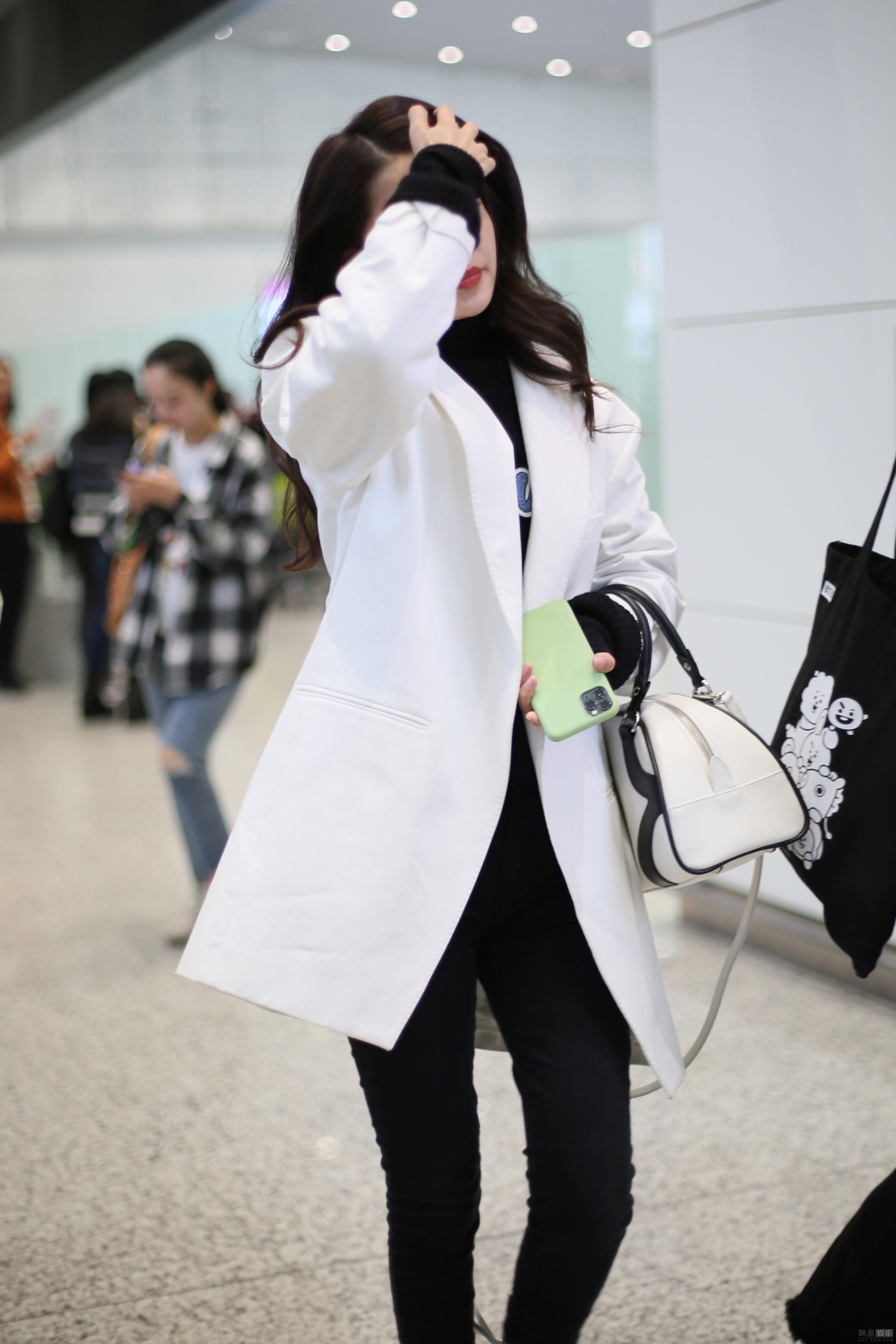 李沁穿黑白简装依旧美 不时撩发女人味十足