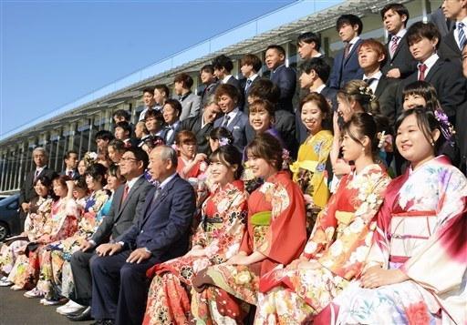 日本令和年代首个成人式!和服少女扎堆自拍(图)