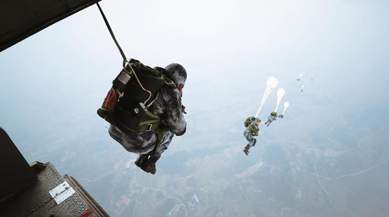 """""""空降玫瑰""""初綻放!看女空降兵新年度首次跳傘訓練"""