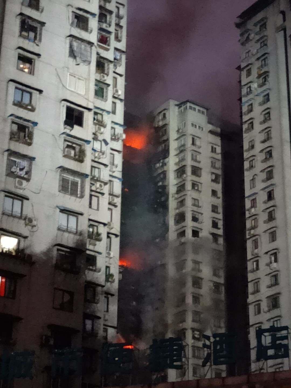 重庆一居民楼发生火灾,十几层可见明火,愿平安!