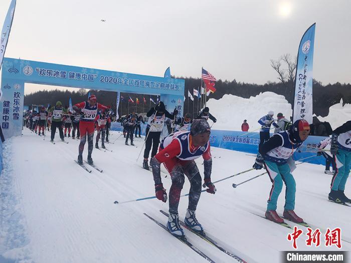 """中国首办滑雪定向挑战赛 400余位选手趣味开赛"""""""