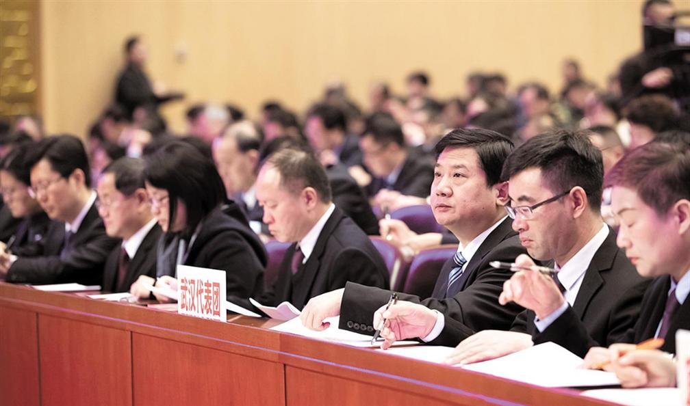 代表委員認真聆聽、審讀政府工作報告