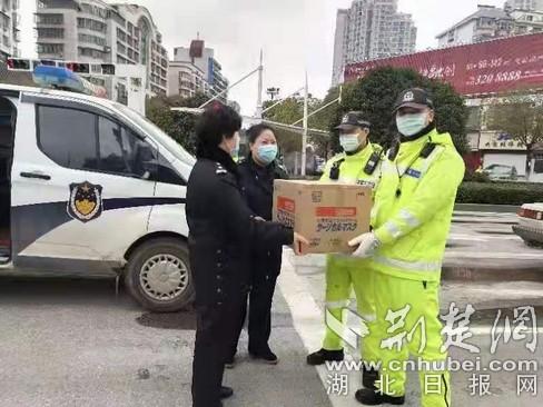 鄂州90后女孩向一线民警捐赠首批