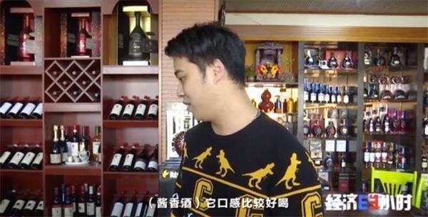 黄牛党一瓶茅台加价400元 聚集机场收购游客买酒指标