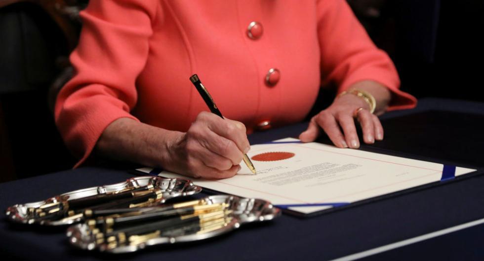 美网友吐槽佩洛西:提交个弹劾条款要用二十支笔?