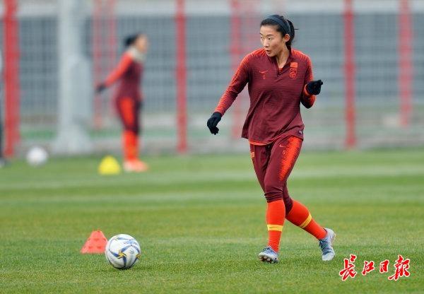 中国女足集结武汉,放下行李直奔球场
