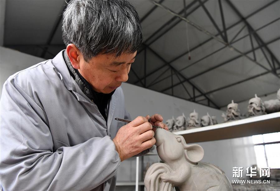 """河南宝丰汝瓷艺人创作""""瓷鼠""""迎新春"""