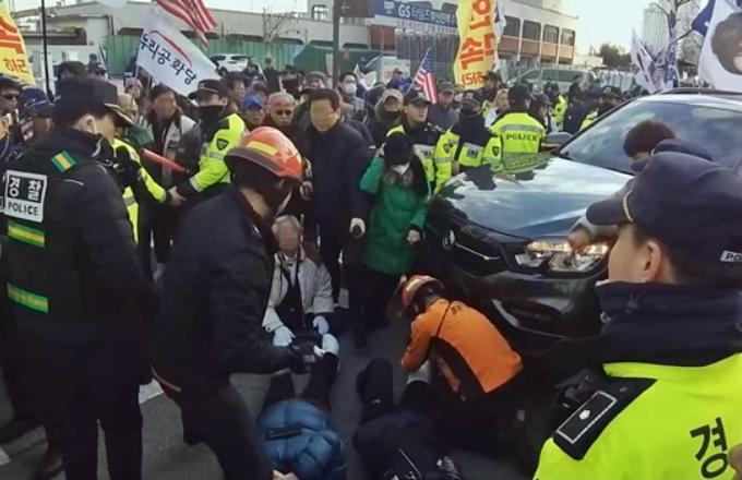 朴槿惠铁粉正游行 汽车突然撞了上去致7人受伤