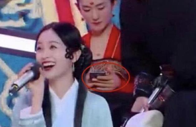 谢娜直播澄清录节目玩手机:导演安排记歌曲旋律