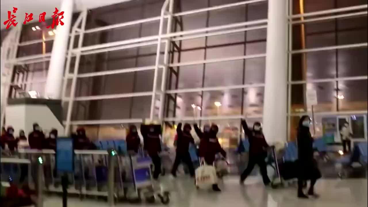 三支医疗队机场会师互喊加油
