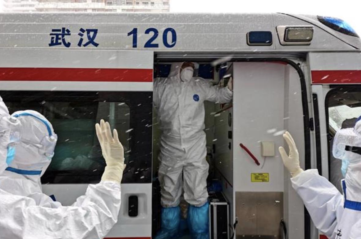 武汉客厅方舱医院17位治愈者出舱