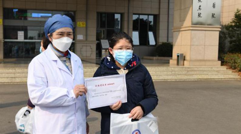 """19位新冠肺炎重症患者出院 李兰娟院士为他们颁发""""战胜者""""证书"""