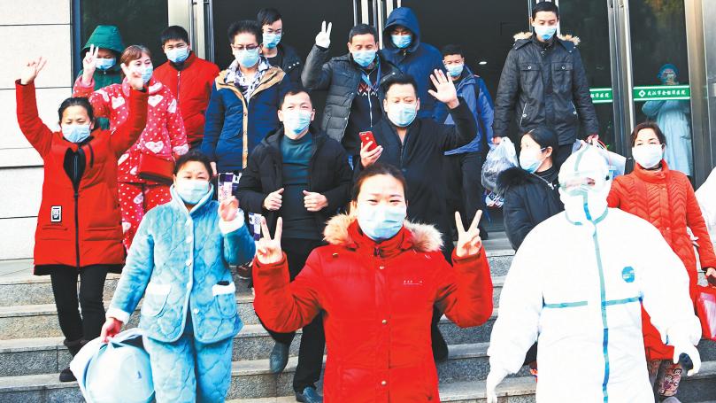 一次出院人数最多 最年长者64岁 金银潭医院20名患者集体出院
