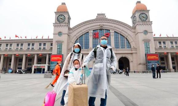 60天凝固的时光被叫醒,滞汉人员登上返程列车
