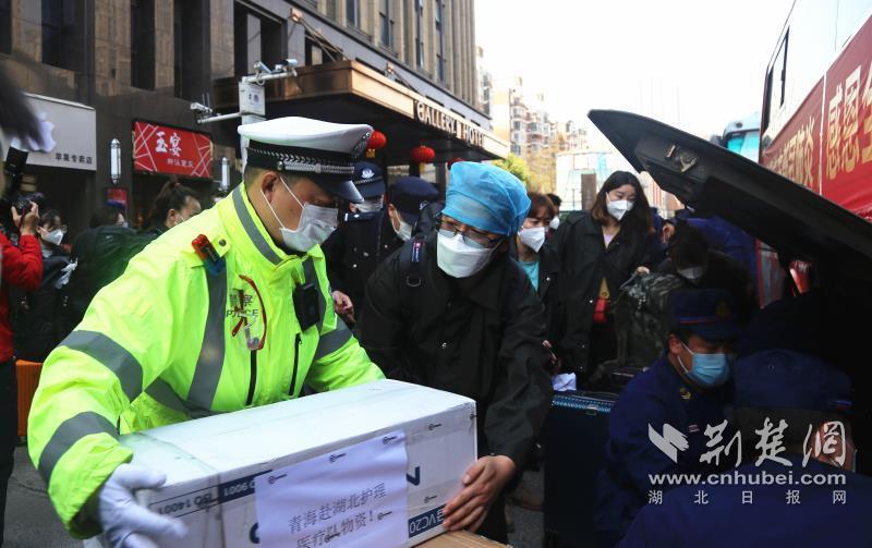 武汉交警最高礼遇护航白衣战士返程(图3)