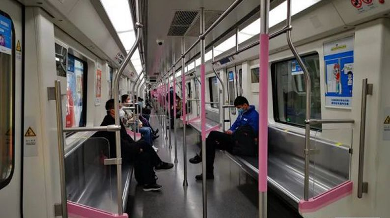 刚刚,武汉地铁恢复运营,他们坐上了头班车