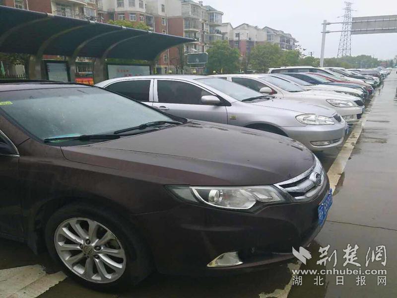 武汉凤凰苑社区防控复工两手抓 车辆进出停放井然有序(图1)