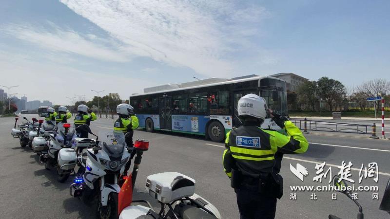 武汉交警最高礼遇护航白衣战士返程(图2)