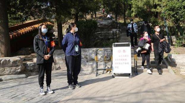颐和园因游客太多一度限流 园方提醒全程佩戴口罩