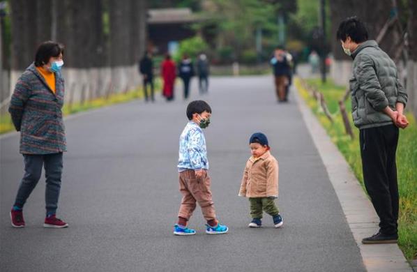 """武汉正在""""重启"""",东湖绿道有少量市民溜娃、健身、骑行看风景"""