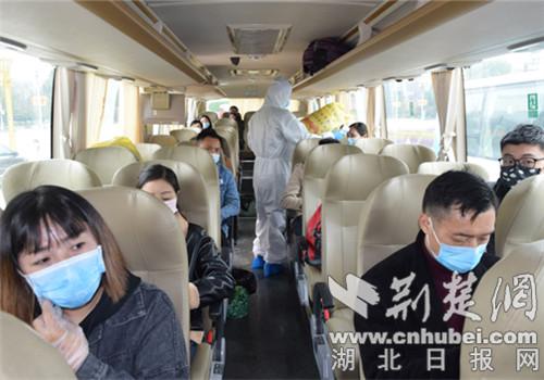 宜城首批48名务工人员赴武汉返岗复工(图2)