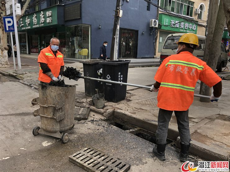 潜江市政局:清理雨水篦 确保雨季排水畅通