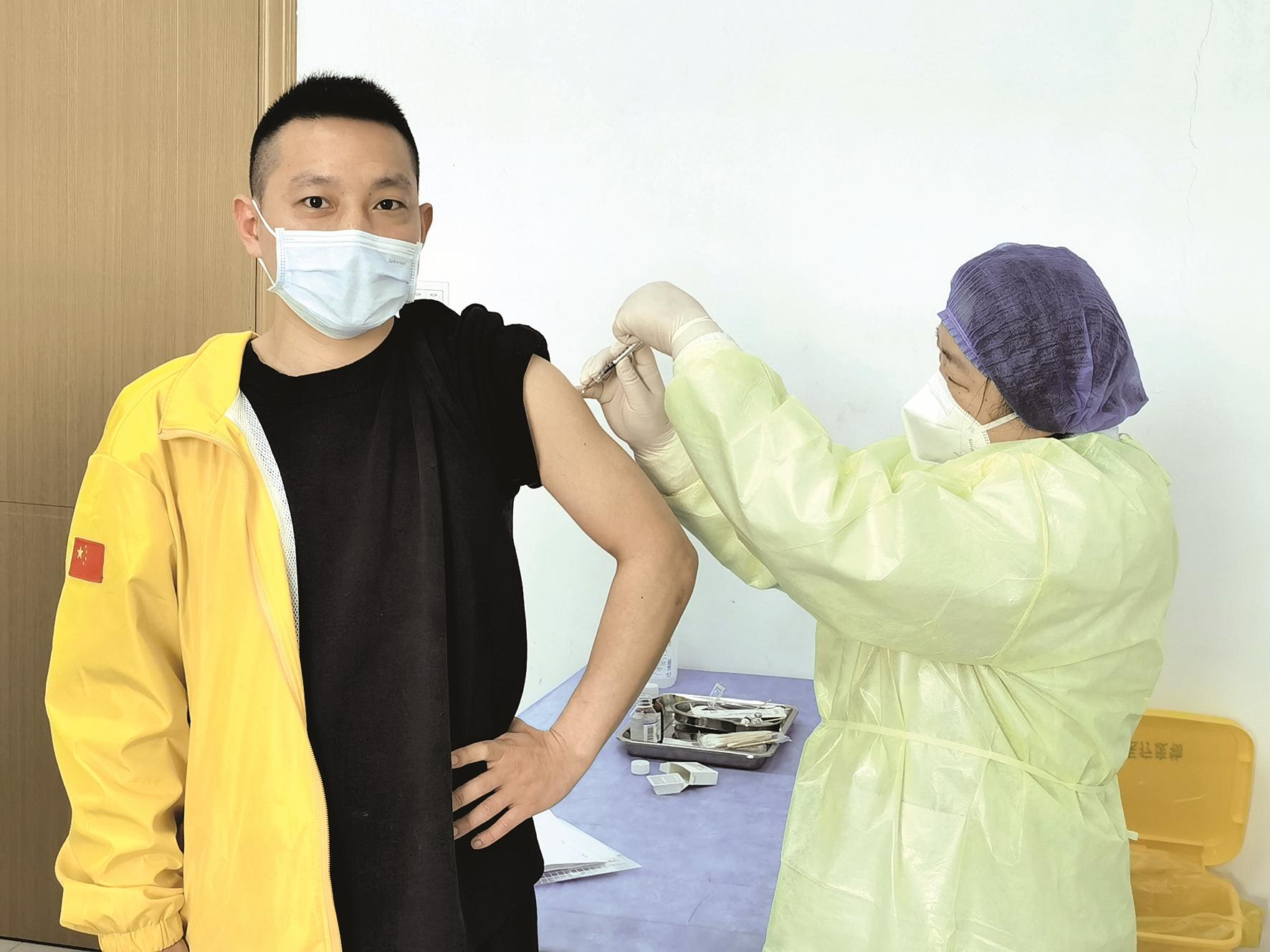 从接送医护到义务建方舱 从转运病患到以身试疫苗 志愿者向亚飞的N种抗疫角色