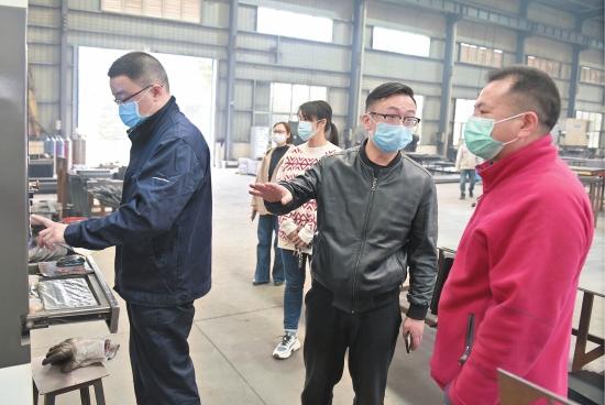 荆州社区工作人员走访复工企业