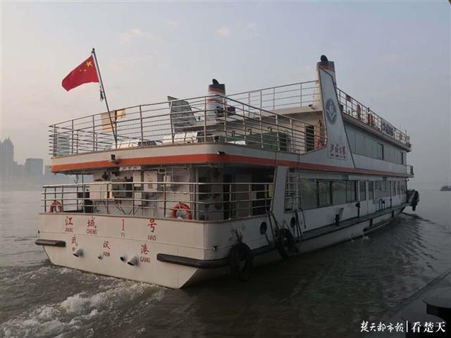 百年轮渡76天后开始复航 江城码头重现摆渡情景