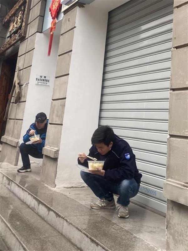 帮居民送物资获赠一个苹果,志愿者婉拒的背后令人钦佩