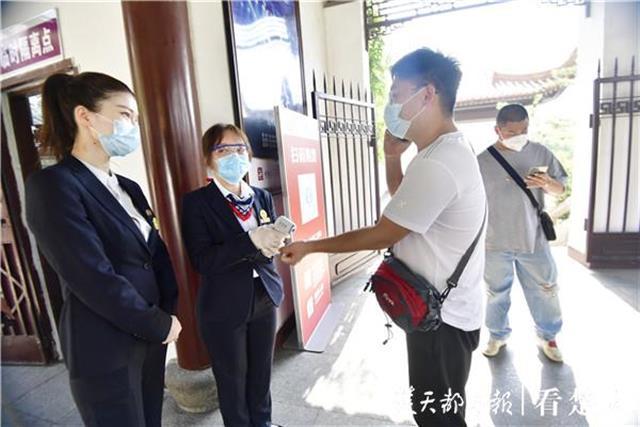 """登上黄鹤楼,游客激动喊起""""武汉复苏""""!"""