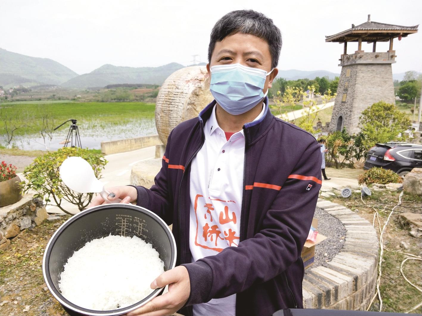 京山市长田间直播煮饭蒸米糕 一天卖出优质大米3万斤