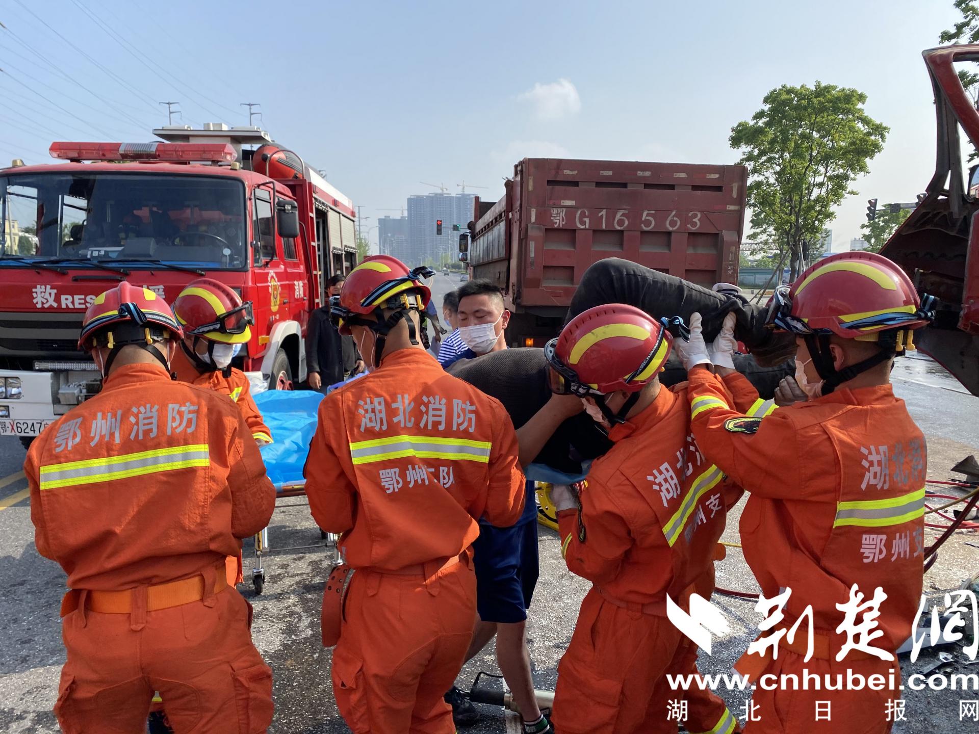 货车相撞变形司机被困 鄂州消防破拆救人(图3)
