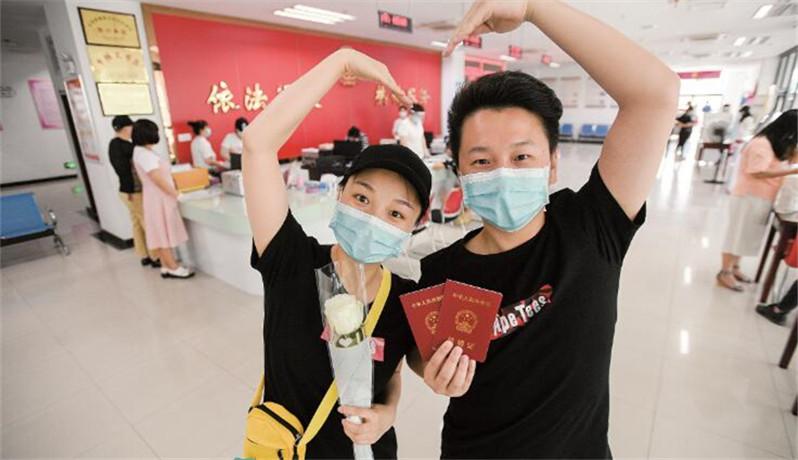5月20日武汉5034对新人齐领证 口罩遮住脸庞但遮不住甜蜜