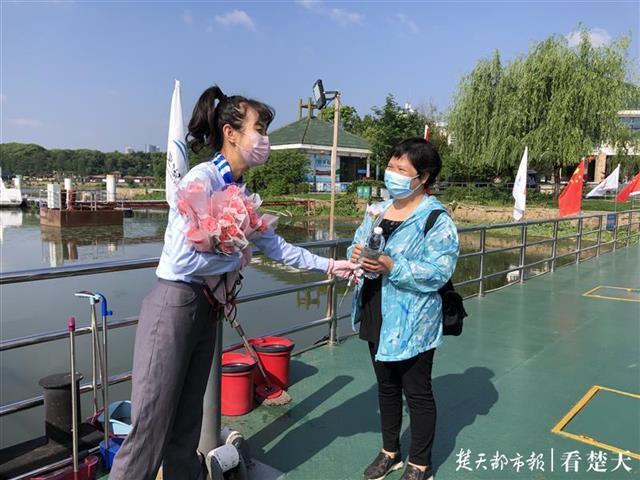 感恩母亲节,28位白衣战士免费乘船游东湖