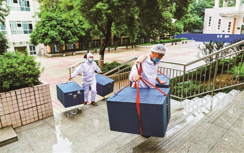 """武汉这个高中有群校园""""挑山工""""   挑着百斤餐箱为师生送餐"""