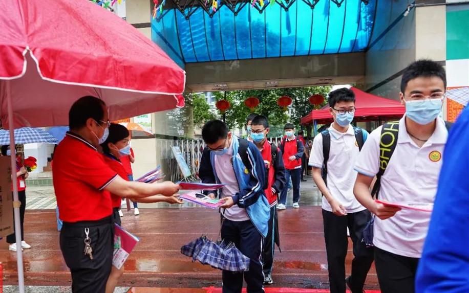 刚刚,黄石2.7万初三学生雨中复学!